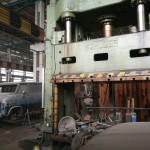 Présgép az üzemcsarnokban (Fotó: hirado.hu/Szilágyi Levente)