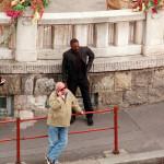 Budapesten forgatják az I Spy című amerikai filmet, amelynek főszerepét Eddie Murphy játssza. A képen: Andy Vajna, a film producere telefonál, háttérben Eddie Murphy  dublőre (Fotó: MTI/Bruzák Noémi)