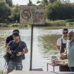 Andy Vajna, az InterCom Zrt. elnöke, a filmipar fejlesztésért felelős kormánybiztos (j) fotósokkal a Pappa Pia címmel készülő zenés romantikus film forgatásán a fővárosi Gubacsi hídnál 2016. augusztus 8-án (Fotó: MTI/Szigetváry Zsolt)