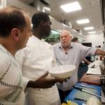 Andy Vajna filmproducer, a budapesti Nobu étterem tulajdonosa (j) és Lloyd Roberts, az éterem vezető séfje (k) és Stephan Guicheteau, a londoni Nobu étterem igazgatója (b) beszélget a magyarországi étterem konyhájában (Fotó: MTI/Kallos Bea)