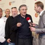 Robert De Niro, amerikai színész (j2) a Nobu étteremlánc budapesti éttermének avatóünnepségén nyilatkozik a TV2 riporterének, középen Andy Vajna producer és Macuhisza Nobujuki, az étterem névadó alapítója. Számos magyar és külföldi hírességgel, köztük Robert De Niro amerikai filmszínész részvételével tartották meg a Nobu étteremlánc budapesti egységének ünnepélyes megnyitóját. A világhírű étteremlánc nevét a hagyományos japán fogásokat Dél-Amerika ízeivel ötvöző tulajdonosa és egyben főszakácsa, Macuhisza Nobujuki (azaz Nobu) után kapta (Fotó: MTI/Kallos Bea)