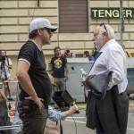 Mundruczó Kornél rendező (b) és Andy Vajna, a magyar filmipar megújításáért felelős kormánybiztos a rendező Felesleges ember című filmjének forgatásán a fővárosi Murányi utcában 2016. július 26-án (Fotó: MTI/Kallos Bea)