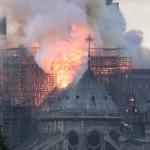 Lángol a párizsi Notre-Dame. A lángok a világhírű épület felső részében pusztítanak. Az első hírek szerint a tűz a restaurálási munkálatokhoz felállított állványzaton, a tetőszerkezetnél keletkezett és onnan terjedt tovább (Fotó: MTI/EPA/Ian Langsdon)