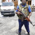 Mentőautó a és gépfegyveres katona a Szent Antal templom előtt (Fotó: MTI/EPA/M.A. Pushpa Kumara)