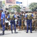 Rendőrök kordonnal zárták le az egyik robbanás helyszínét, a Szent Antal tempomot (Fotó: MTI/EPA/M.A. Pushpa Kumara)