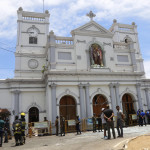 Rendőrök és katonák a megrongálódott Szent Antal templomnál Srí Lanka fővárosában Három templomot és három szállodát ért robbantásos támadás húsvétvasárnap Colombóban. A merényletekben legkevesebb 50 ember meghalt, és 300-an megsebesültek (Fotó: MTI/EPA/M.A. Pushpa Kumara)