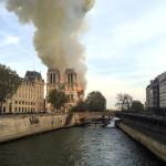Sűrű füstoszlop gomolyog a kigyulladt párizsi Notre-Dame felett április 15-én. A lángok a világhírű épület felső részében pusztítanak. Az első hírek szerint a tűz a restaurálási munkálatokhoz felállított állványzaton, a tetőszerkezetnél keletkezett és onnan terjedt tovább (Fotó: MTI/AP/Lori Hinant)
