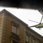 Helikopter, amely gépészeti berendezéseket juttatott fel egy irodaház tetejére a Nyugati téren (Fotó: MTI/Mohai Balázs)