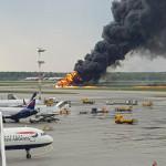 A Riccardo Dalla Francesca által közreadott képen egy repülőgép lángol a moszkvai Seremetyevói repülőtéren (Fotó: MTI/EPA/Riccardo Dalla Francesca)
