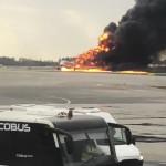A Mihail Norenko Twitter-oldalán közreadott képen egy repülőgép lángol a moszkvai Seremetyevói repülőtéren (Fotó:MTI/AP/Mihail Norenko)