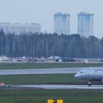 Kiégett repülőgép a moszkvai Seremetyevói repülőtéren (Fotó: MTI/AP/Alekszandr Zemljanyicsenko)