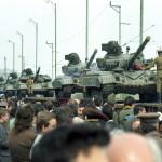 Kiskunhalas, 1989. április 25.<br /> Bevagonírozott szovjet katonai egység, 31 harckocsi és személyzete kész a kivonulásra. Megkezdődik - a nemzetközi sajtó tudósítói előtt - a Magyarországon állomásozó szovjet csapatok kivonása (Fotó: MTI/Friedmann Endre)