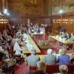 Budapest, 1989. június 13.<br /> Az MSZMP, az Ellenzéki Kerekasztal, valamint  társadalmi szervezetek delegációinak részvételével megkezdődtek a politikai egyeztető tárgyalások a Parlament Vadász termében Szűrös Mátyásnak, az Országgyűlés elnökének vezetésével (Fotó: MTI/Soós Lajos)