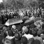 Budapest, 1989. június 16.<br /> Gyászolók állnak Nagy Imre koporsójánál a Rákoskeresztúri Új Köztemető 301-es parcellájában, Nagy Imre 1956-os miniszterelnök és mártírtársai gyászszertartásán. Az elhunyt politkusokat kivégzésük 31. évfordulóján helyezték örök nyugalomra (Fotó: MTI/Manek Attila)