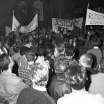 Budapest, 1989. június 15.<br /> Tüntetők a szovjet csapatok teljes és végleges kivonásáért Magyarországról a szovjet nagykövetség előtt. A demonstrációt a Fidesz radikális frakciója szervezte (Fotó: MTI/Fényes Gábor)