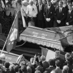 Budapest, 1989. június 16.<br /> Gyászolók állnak Nagy Imre koporsójánál a Rákoskeresztúri Új Köztemető 301-es parcellájában, Nagy Imre 1956-os miniszterelnök és mártírtársai gyászszertartásán. Az elhunyt politkusokat kivégzésük 31. évfordulóján helyezték örök nyugalomra (Fotó: MTI)
