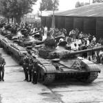 Sárbogárd, 1989. május 19.<br /> A Szovjet Déli Hadseregcsoport páncélosai elindulnak a bázisról az ünnepélyes állománygyűlésen, melyet abból az alkalomból tartottak, hogy a hadseregcsoport ideiglenesen ott állomásozó 13. harckocsiezrede az egyoldalú csapatcsökkentés keretében visszatér a Szovjetunióba (Fotó: MTI/Kabáczy Szilárd)