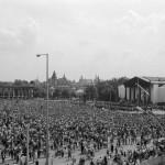 Budapest, 1989. június 16.<br /> Több tízezer ember vesz részt Nagy Imre és társai gyászszertartásán a Hősök terén (Fotó: MTI/Balaton József)