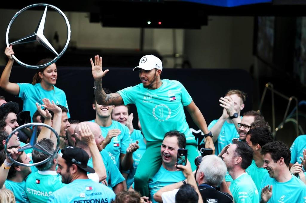 A Red Bull is a Mercedes felé terelte Hamiltont