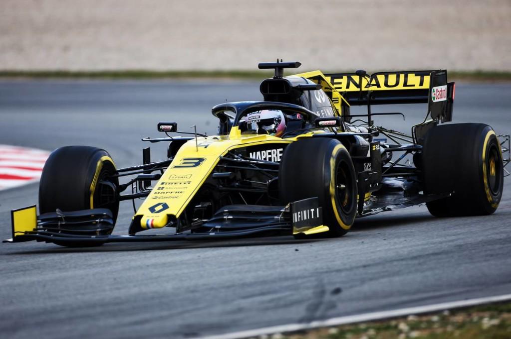 Ricciardo olyan gyors volt, hogy még a szárnyát is elhagyta…
