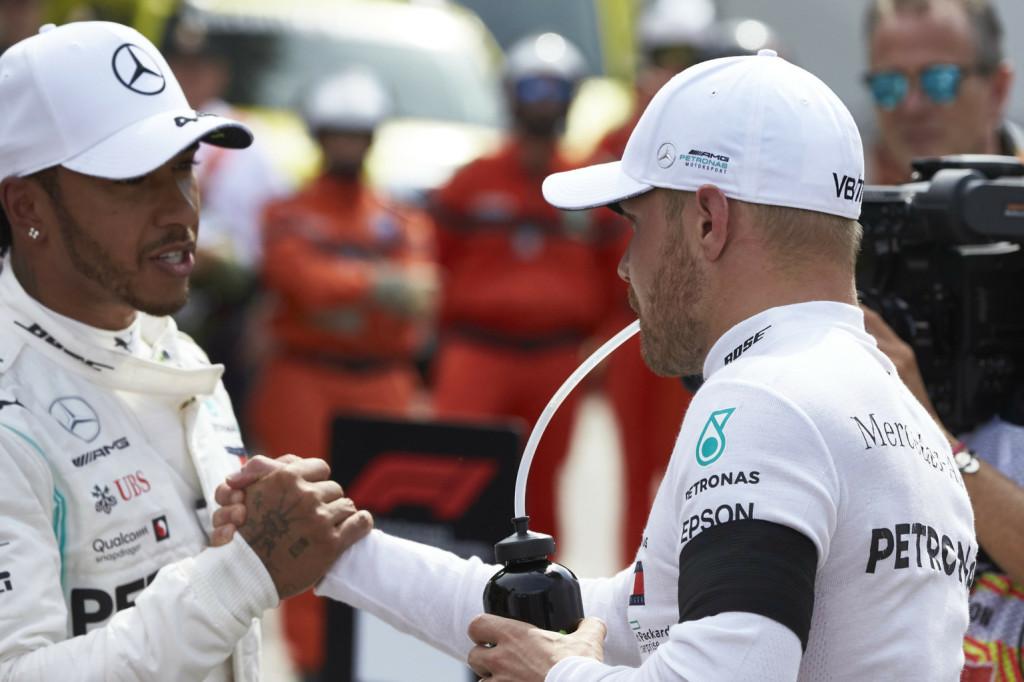 Elbeszélget versenyzőivel az első kanyar veszélyeiről a Mercedes