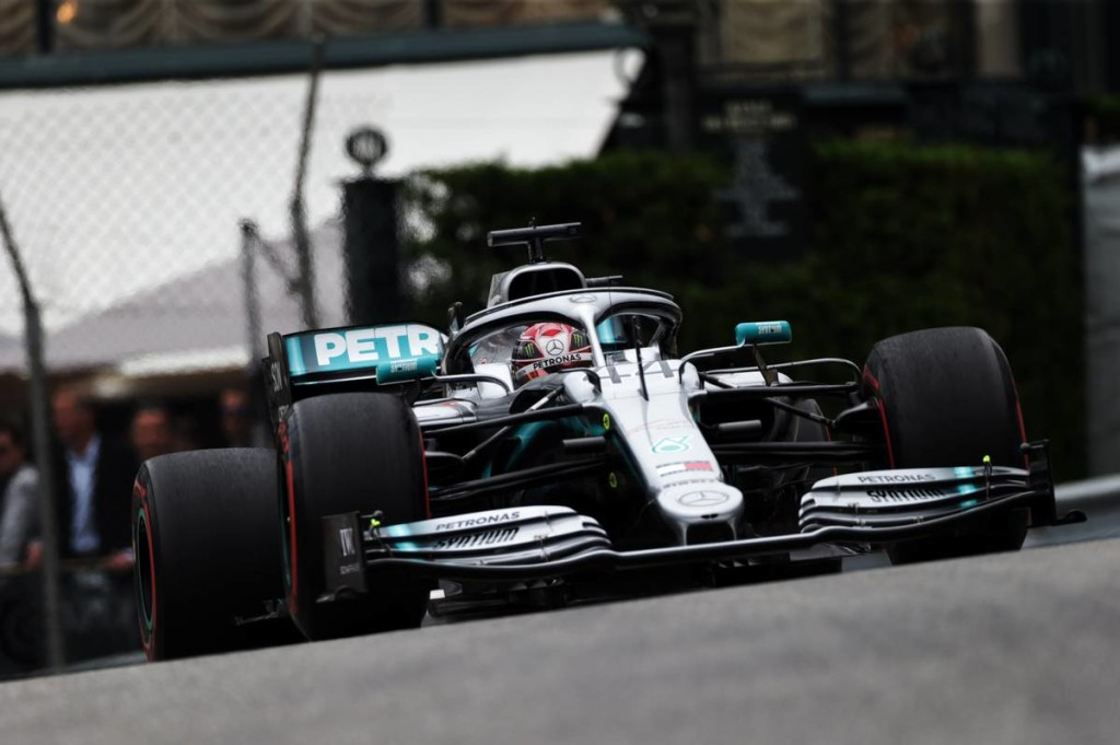 Házi párharcot vívott a Mercedes: Hamilton az élen maradt
