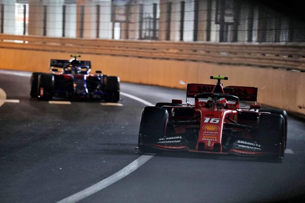 Vettel összetörte a Ferrarit, Leclerc az élre vezette!