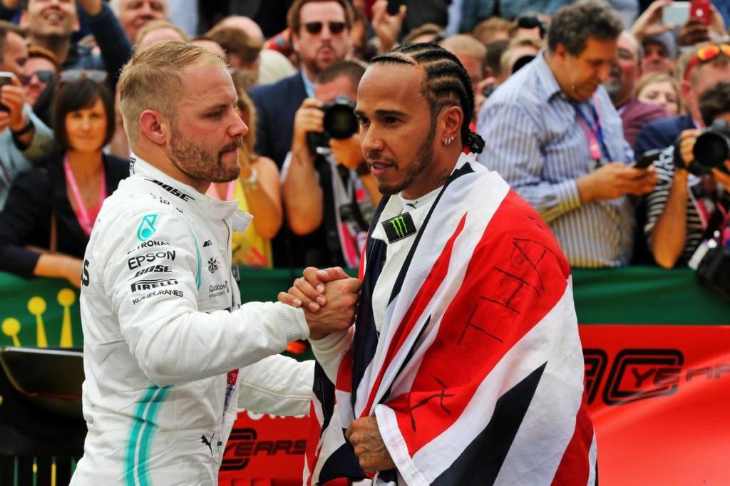 Hamilton nem tudja sajnálni Bottast a balszerencséjéért