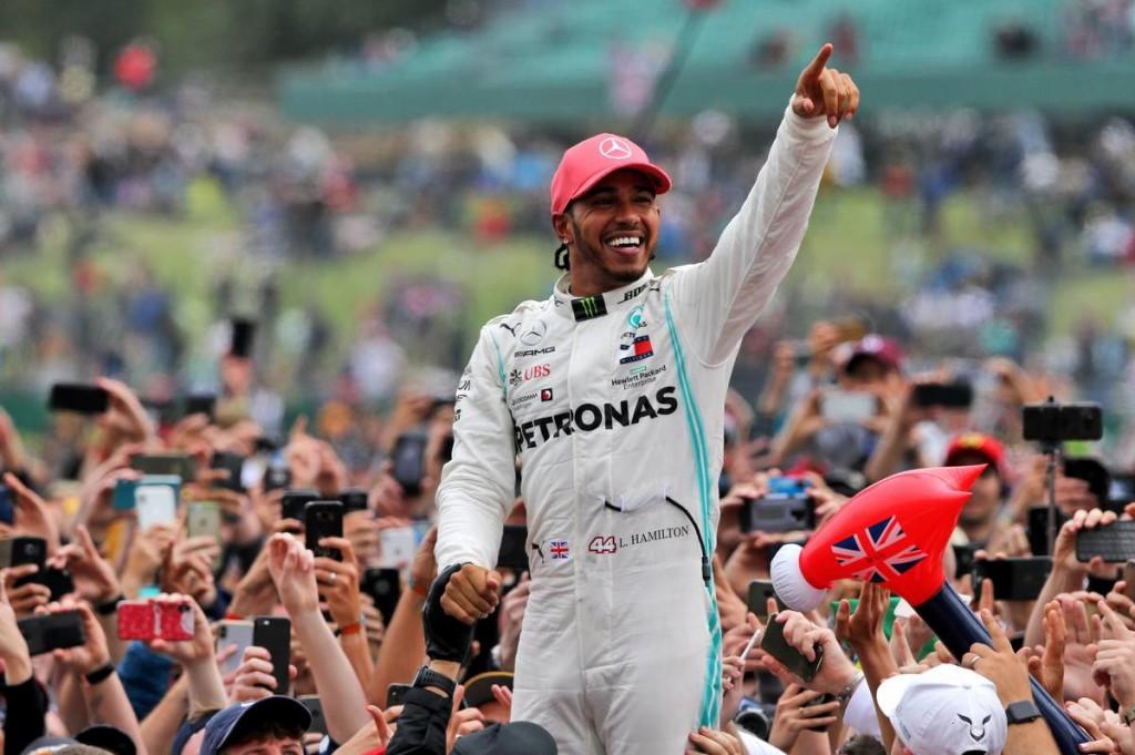 Hamilton szegényebb versenyzőket juttatna el az F1-ig