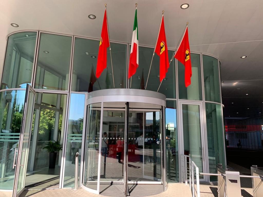 Győzelme nincs, de zászlót kapott Vettel is a Ferraritól