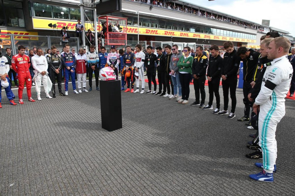 Hangnemet váltottak az F1-es versenyzők a tragédia után