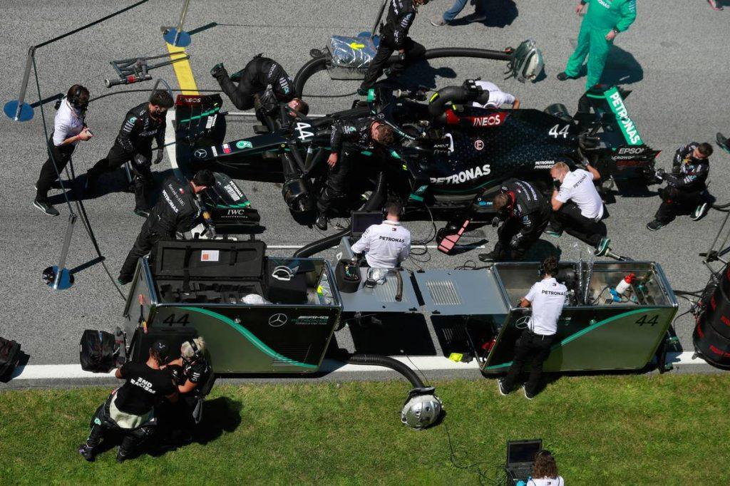 Az FIA elmagyarázta, miért mentette föl, majd büntette Hamiltont