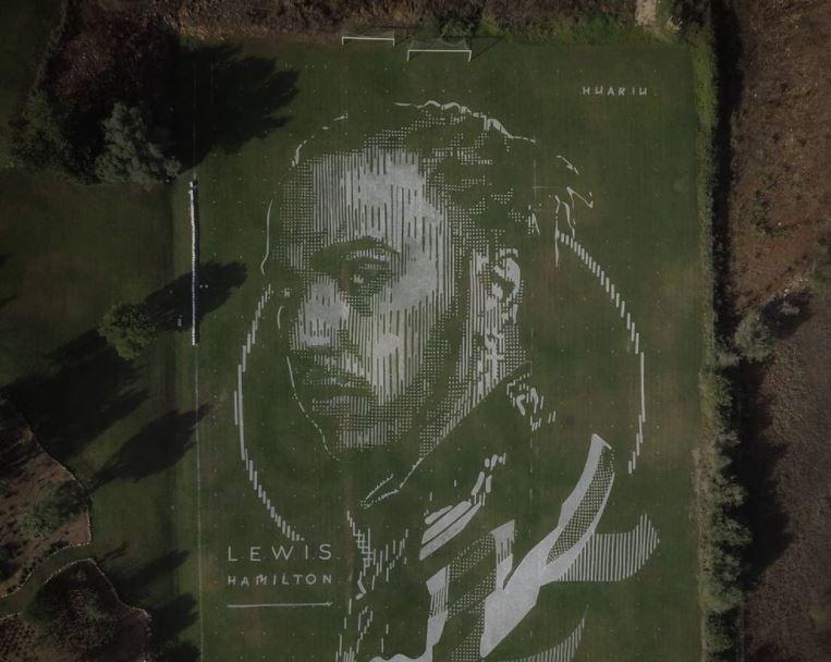 Egy focipályára festett monumentális képet Hamiltonról
