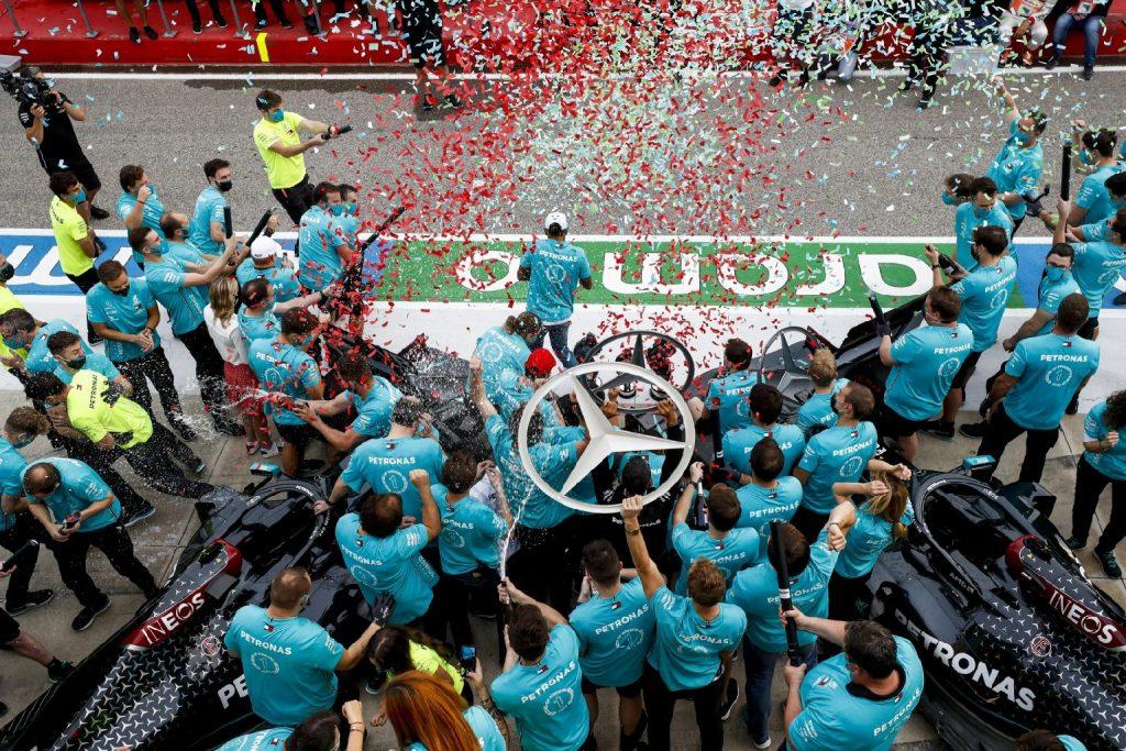 A pezsgő házhoz ment: távünneplés a rekordbajnok Mercedesnél