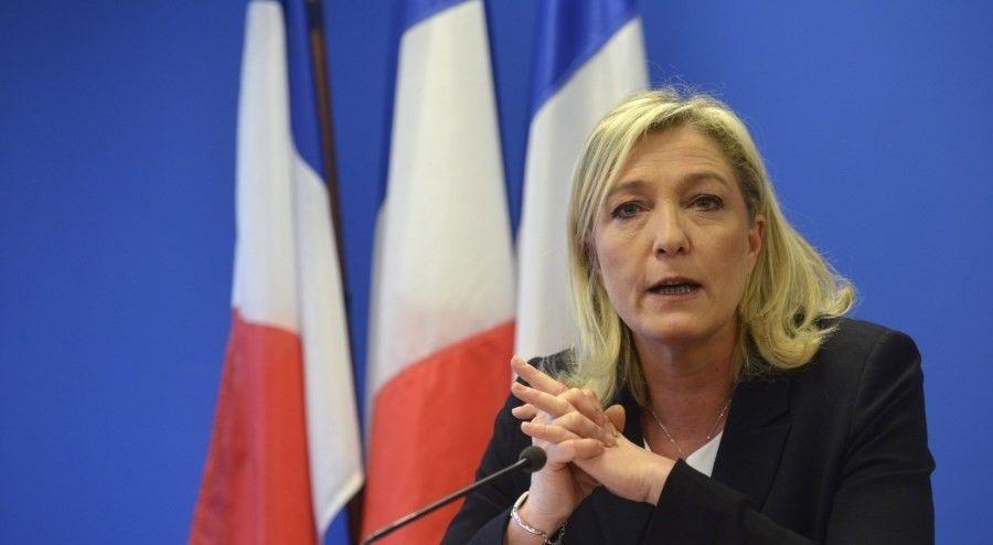 Marine Le Pen, a szélsőjobboldali francia Nemzeti Front (FN) elnöke, a pártalapító Jean-Marie Le Pen lánya újévi sajtóértekezletet tart pártja Párizs melletti, Nanterre-ben lévő székházában 2013. január 8-án. (MTI/EPA/Christophe Karaba)