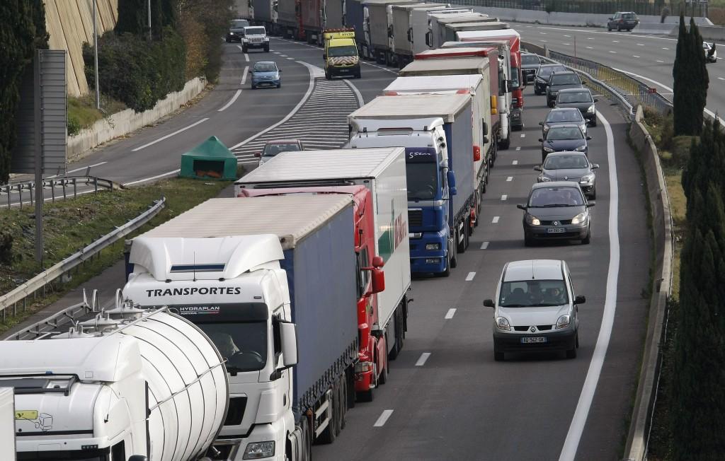 Egyharmadával kell visszaszorítani a teherkocsik és buszok szén-dioxid-kibocsátását
