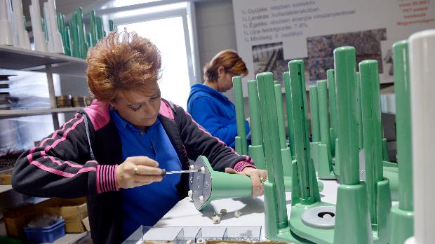 Munka, munkás, foglalkoztatás, dolgozó nő, munkaerő - illusztráció. MTI Fotó: Beliczay László