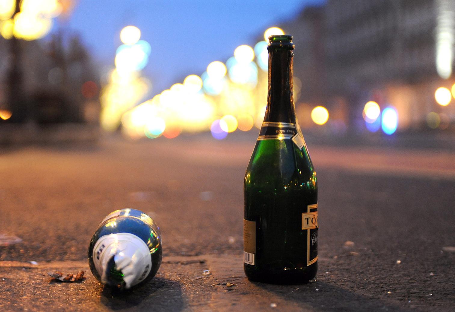 Üres pezsgősüvegek a budapesti Oktogonon 2013. január 1-jén hajnalban. MTI Fotó: Czimbal Gyula