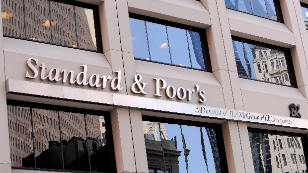 New York, 2011. augusztus 8.  Az amerikai Standard & Poor's hitelminősítő cég New York-i székházáról készült felvétel. 2011. augusztus 5-én a Standard & Poor's az Egyesült Államok hosszú távú adóskockázati besorolását a legjobb minősítésről, az AAA-ról egy fokozattal lejjebb, az AA+-ra módosította. A világ legnagyobb gazdaságát most először minősítette le a Standard & Poor's az amerikai államháztartási hiány és a kormány növekvő adósságállománya keltette aggodalmak miatt. (MTI/EPA/Andrew Gombert)
