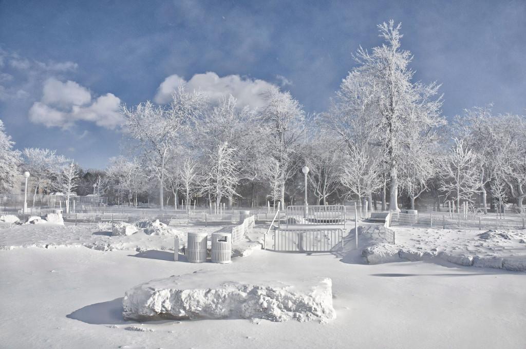 Zúzmara, jég és hó lepi a tájat a Niagara-vízesésnél a New York állambeli Prospect kilátópontnál 2014. január 8-án. Az Egyesült Államok keleti területei felett uralkodó sarkvidéki légörvény történelmi hidegrekordokat döntött meg az elmúlt négy napban.(MTI/AP/The Niagara Gazette, James Neiss)