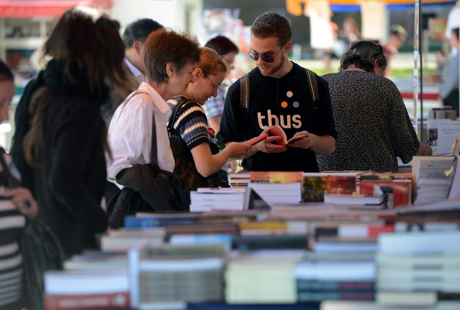 Érdeklődők a XX. Budapesti Nemzetközi Könyvfesztivál nyitónapján a Millenárison 2013. április 18-án. A több mint 300 programot kínáló rendezvényen mintegy 50 ezer kiadvánnyal, köztük 300-nál is több újdonsággal találkozhatnak a látogatók 2013. április 21-ig. MTI Fotó: Kovács Tamás