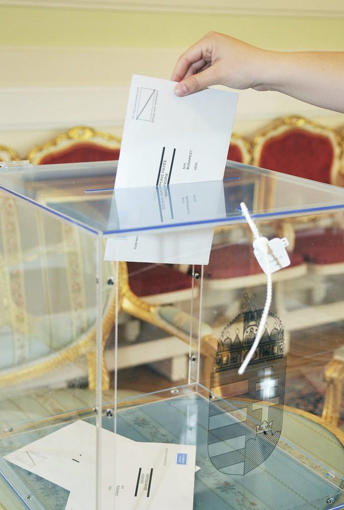 Megérkezett az első külképviseleti urna az NVI-hez