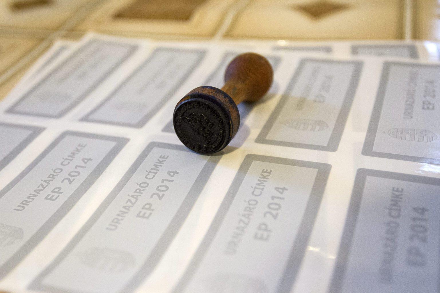 Pecsét és urnazáró címkék a budapesti 1. számú választókerület 15-ös szavazókörében, a Petőfi Sándor Gimnáziumban az európai parlamenti választások napján, 2014. május 25-én. MTI Fotó: Szigetváry Zsolt