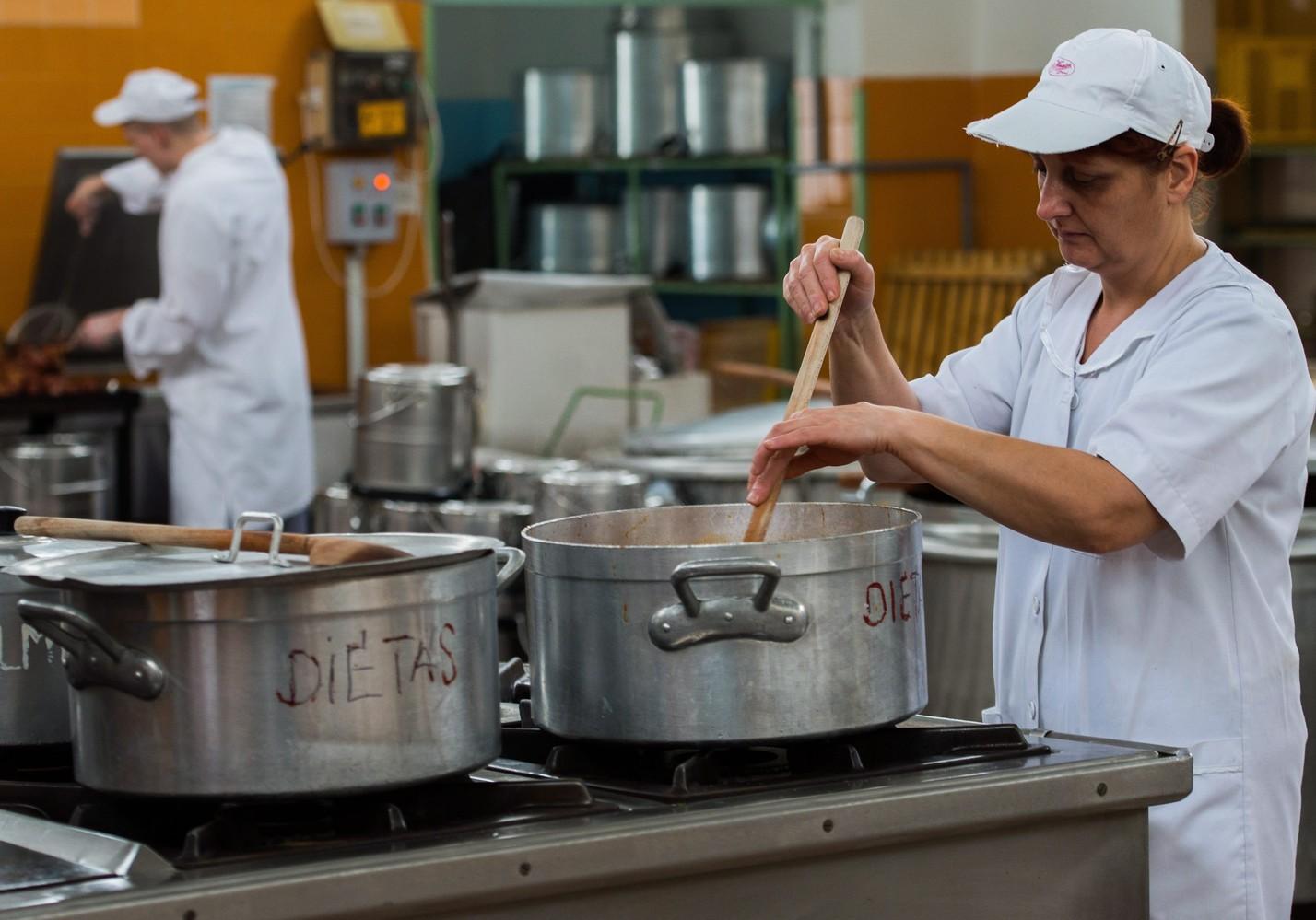 A mintamenzaprogram keretében főzik az ebédet a Junior Vendéglátó Zrt. 36-os üzemében. MTI Fotó: Illyés Tibor