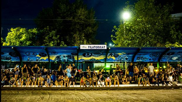 Budapest, 2014. augusztus 14.  Fesztiválozók várják a HÉV-et a Sziget fesztivál helyszíne melletti Filatorigát megállóban, Budapesten 2014. augusztus 13-án. MTI Fotó: Marjai Janos
