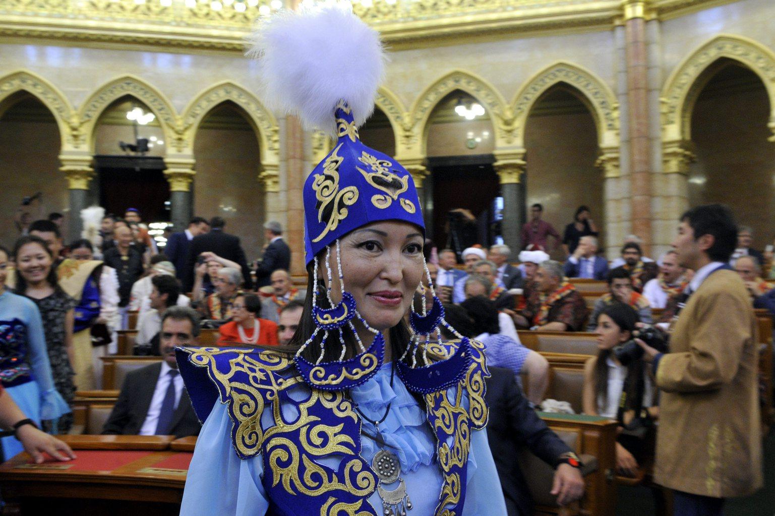 Kazah népviseletbe öltözött nő a háromnapos Kurultáj hagyományőrző rendezvény megnyitóján a Parlament Felsőházi üléstermében 2014. augusztus 7-én. A Kurultáj Európa egyik legnagyobb hagyományőrző ünnepe, amelyet immár ötödik alkalommal rendeznek meg. Az idei rendezvényen 27 nemzet képviselője vesz részt. MTI Fotó: Kovács Attila