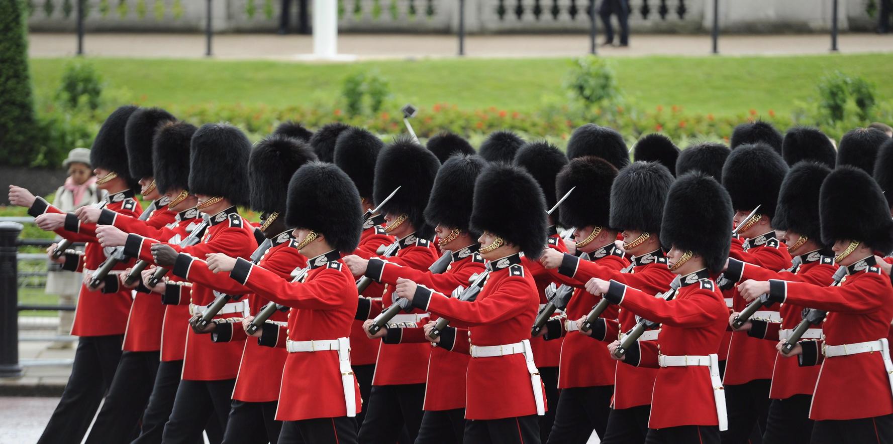 London, 2014. június 4. Brit királyi gárdisták menetelnek II. Erzsébet brit királynő londoni rezidenciája, a Buckingham-palota előtt. (MTI/EPA/Facundo Arrizabalaga)