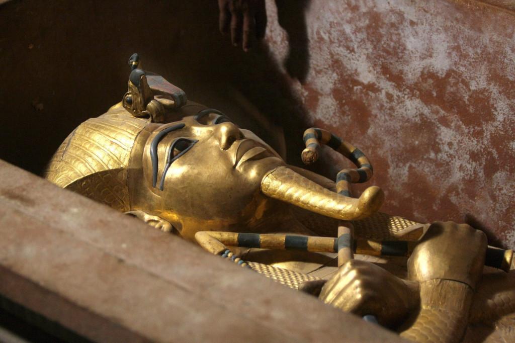 Tutanhamon XVIII. dinasztiabeli fáraó aranyszarkofágja a Királyok Völgyében, Luxor közelében 2007. november 4-én. A Kr. e. 1300-as években élt, 9 éves korában trónra lépett fáraó 3300 éves múmiáját ezen a napon, először a sajtó képviselői előtt, kiemelik a szarkofágból és egy különleges, klimatizált üvegszekrénybe helyezik, hogy állagát megóvják a fenyegető nedvességtől, amely a sírkamra napi több mint ötezer látogatójától ered. A brit Howard Carter régész és segítői 1922. november 4-én tárták fel Tutanhamon sírját, amely az egyetlen épségben megmaradt fáraósír. (MTI/EPA/Mike Nelson)