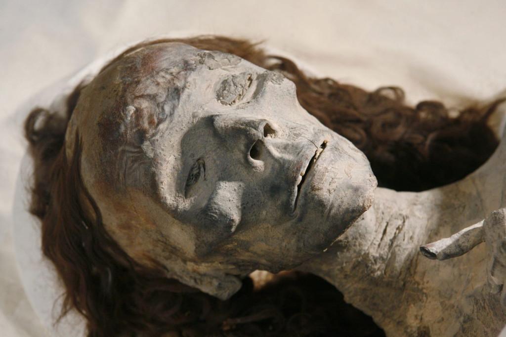 Tije királynőnek, Tutanhamon XVIII. dinasztiabeli fáraó nagyanyjának a luxori Királyok Völgyében megtalált, 3300 éves múmiája a kairói Egyiptomi Múzeumban 2010. február 17-én. Személyazonosságát a királynő múmiájának - továbbá fia, IV. Amenhotep (Ehnaton) fáraó múmiájáét, valamint az unoka, Tutanhamon múmiájáét - az elvégzett eddigi legalaposabb DNS-vizsgálat nyomán sikerült megerősíteni 2010. február 17-én. (MTI/EPA/Shawn Baldwin)