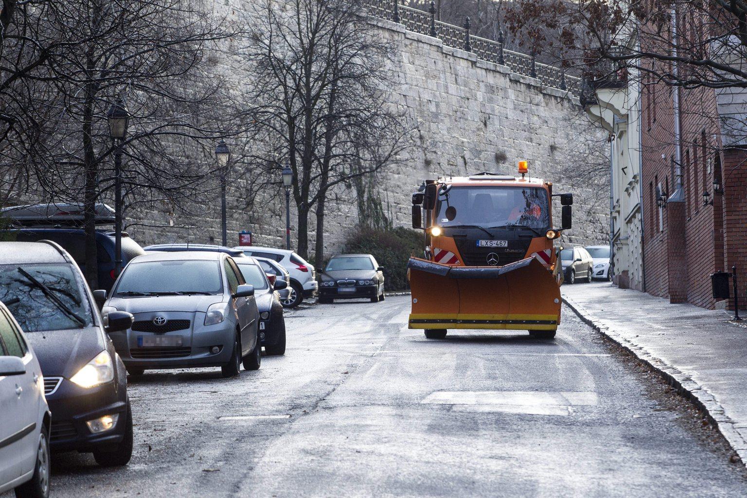 Síkosság mentesítés a főváros I. kerületében, a Tábor utcában 2015. január 9-én. Budapesten, különösen a budai oldalon az ónos eső miatt jegessé váltak a mellékutak, meredek útszakaszok, a járdák nehezen járhatóak, több közlekedési baleset történt. MTI Fotó: Szigetváry Zsolt